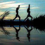 femmes-faisant-du-yoga-au-crépuscule